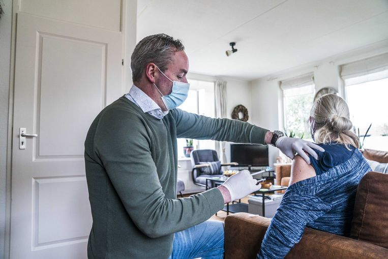 Een huisarts vaccineert een vrouw tegen het coronavirus. Beeld ANP