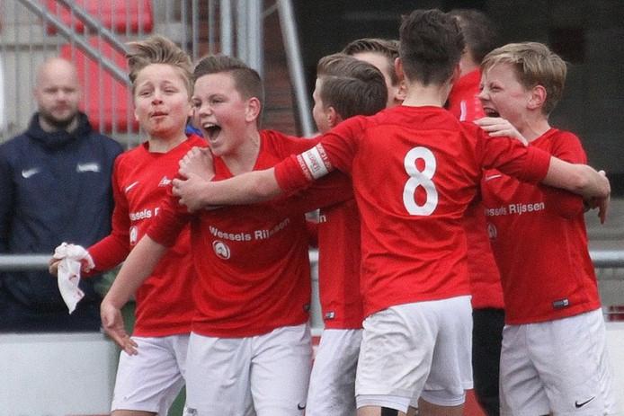 Een jeugdelftal van Excelsior'31 nadat het gescoord heeft.