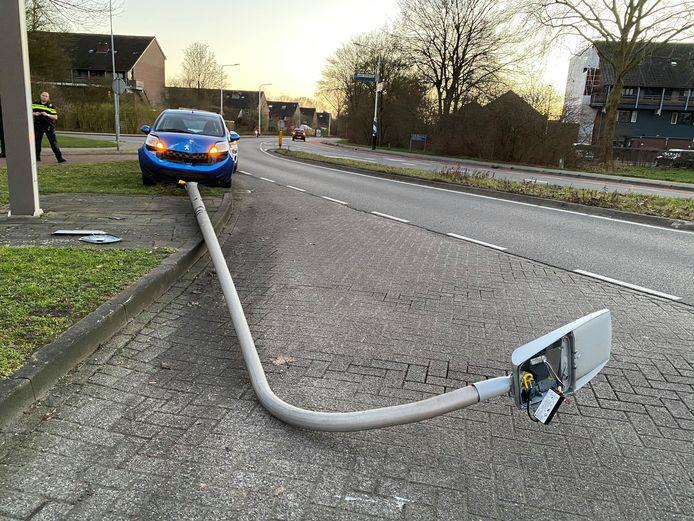 Op de Harenbergweg in Zutphen botste een automobilist tegen een lantaarnpaal.