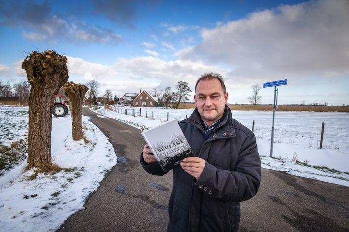 Harm Stam met zijn boek over Beulake.