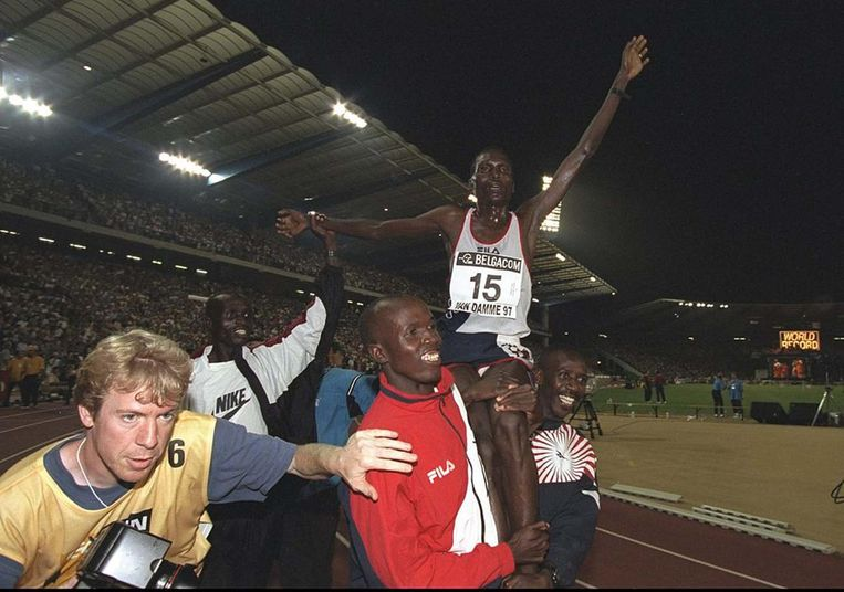 Paul Tergat, net nadat hij het wereldrecord op de 10.000m verbrak. Beeld getty