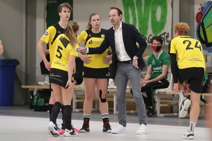 """Ruud van de Hoef coachend tussen de spelers van Dalto 2, afgelopen zaterdag in Bennekom. ,,Iedereen moet doelpunten kunnen maken."""""""