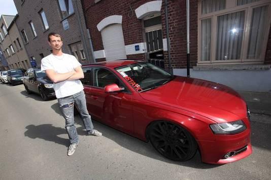 Benjamin Micholt, een van de initiatiefnemers van de actie, bij zijn uitgebouwde Audi.