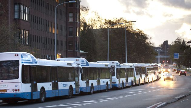 Stadsbussen van het GVB blokkeren het ministerie van Ministerie van Infrastructuur en Milieu in Den Haag tijdens de vorige staking. © ANP