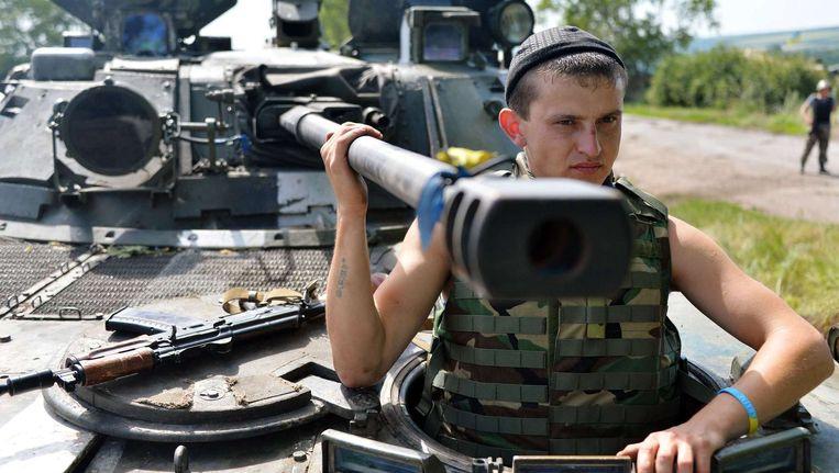 Een Oekraïense soldaat nabij een checkpoint in Konstantinovka, ongeveer 50 kilometer van Donetsk. Beeld BELGA