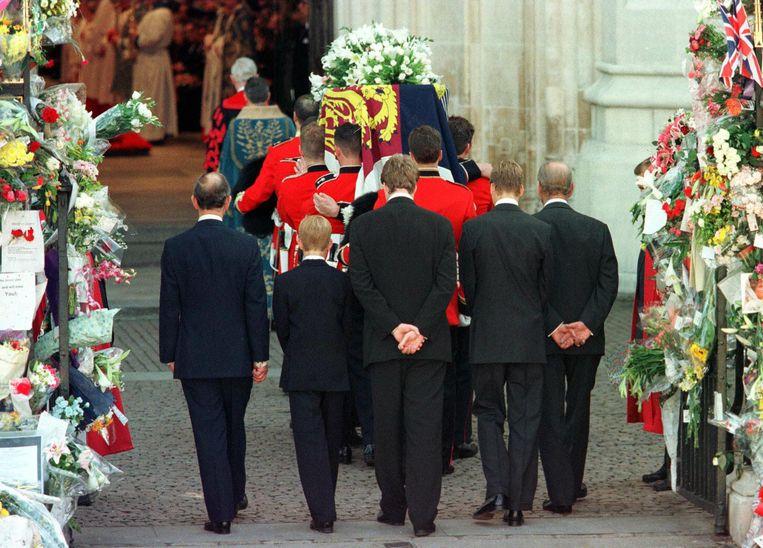 1997: Charles, Harry, earl Spencer, William en prins Philip lopen achter de kist van Diana als die aankomt in Westminster Abbey. Beeld AFP