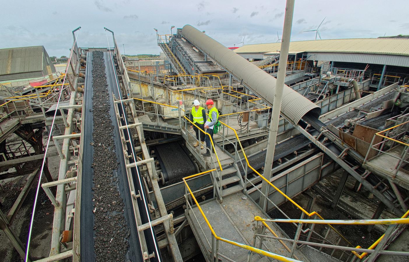 Installaties op het terrein van recyclingbedrijf Heros in Sluiskil-Oost voor de verwerking en het scheiden van bodemassen uit vuilverbrandingsovens.
