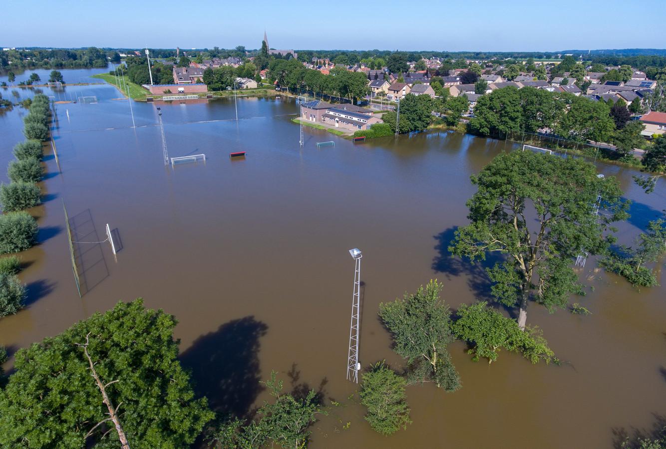 Kantine en kleedlokalen (midden op foto) hielden het net droog. De vier velden van voetbalclub Achates in Ottersum stroomden vol water.