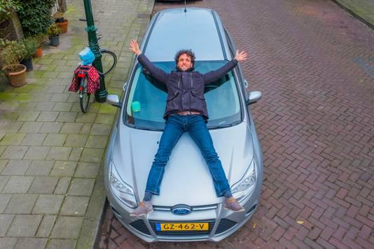 Walter dresscher adviseert/helpt mensen zoals Eline keus (in de auto) om auto's te gaan delen om ruimte in de straat te maken