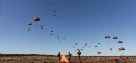Ronkende Hercules C130 dropt rode baretten boven Ginkelse Heide tijdens oefening Orange Bull