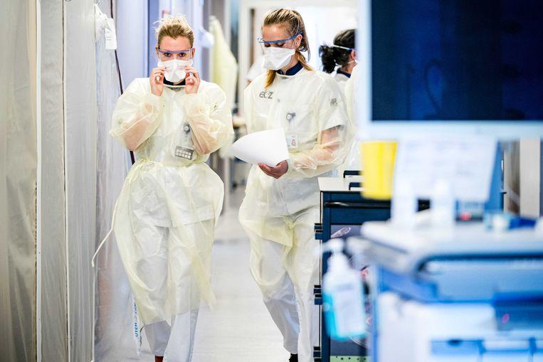 Verpleegsters op de cohortafdeling van het Elisabeth TweeSteden Ziekenhuis (ETZ) in Tilburg. Beeld ANP