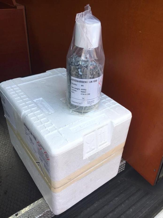 De flesjes zijn veiliggesteld en meegenomen door de politie.