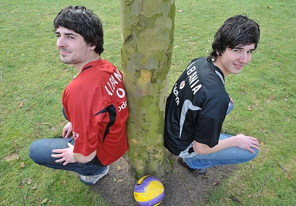 """De broers Bajran (links) en Albian Muzaqi voetballen bij PSV. Ze werden onlangs voor de eerste keer opgeroepen voor de jeugdteams van Albani""""e. Foto Jean Pierre Reijnen"""