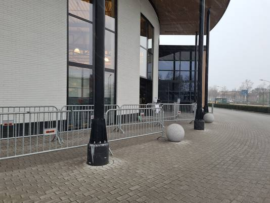 Karwei in Heesch heeft hekken om de verwachte drukte in goede banen te leiden.