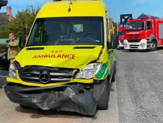 Ziekenwagen met patiënt uit Wetteren betrokken bij ongeval in Lede: zware materiële schade, geen (bijkomende) gewonden