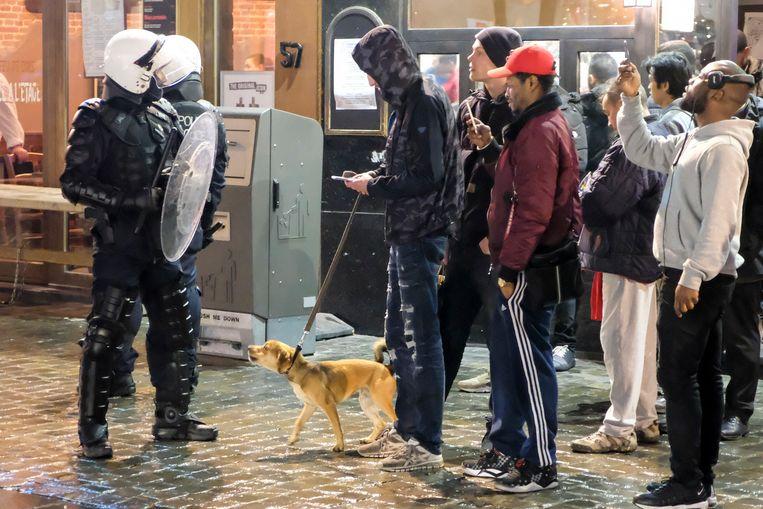 Oproerpolitie staat oog in oog met jongeren die alles vastleggen met hun smartphones. Beeld Baert Marc