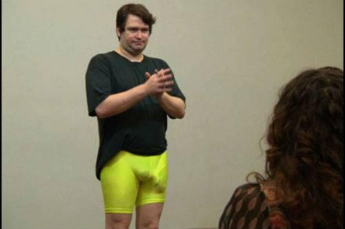 Falcon mag graag strakke broekjes dragen om zijn zaakje te accentueren.
