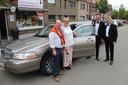 The Gentlemen doen het met stijl, en laten zich graag vervoeren in een limo. Hier bij Ann van 't Buurtwinkeltje en presentator Dirk De Smul.