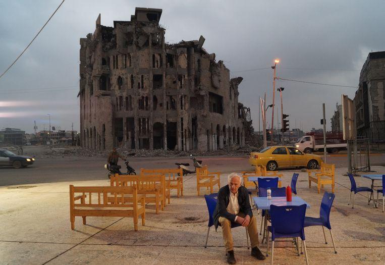 Daniel Demoustier: 'Ik heb in Mosoel een foto van Johan genomen voor het gebouw dat door IS werd gebruikt om homo's van het dak te gooien. Daar willen we de voorstelling ook graag spelen.' Beeld rv Milo Rau