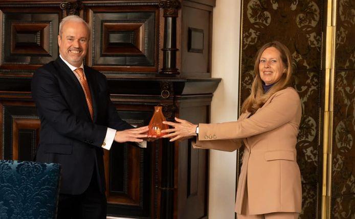 Bettina Sommer overhandigde het Oranjevaasje van Royal Leerdam Crystal aan hofmaarschalk Sjoert Klein Schiphorst op Paleis Noordeinde.