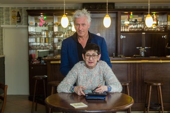 Rick De leeuw bij 'dorpspsychologe' Rita in haar café in de Henestraat.