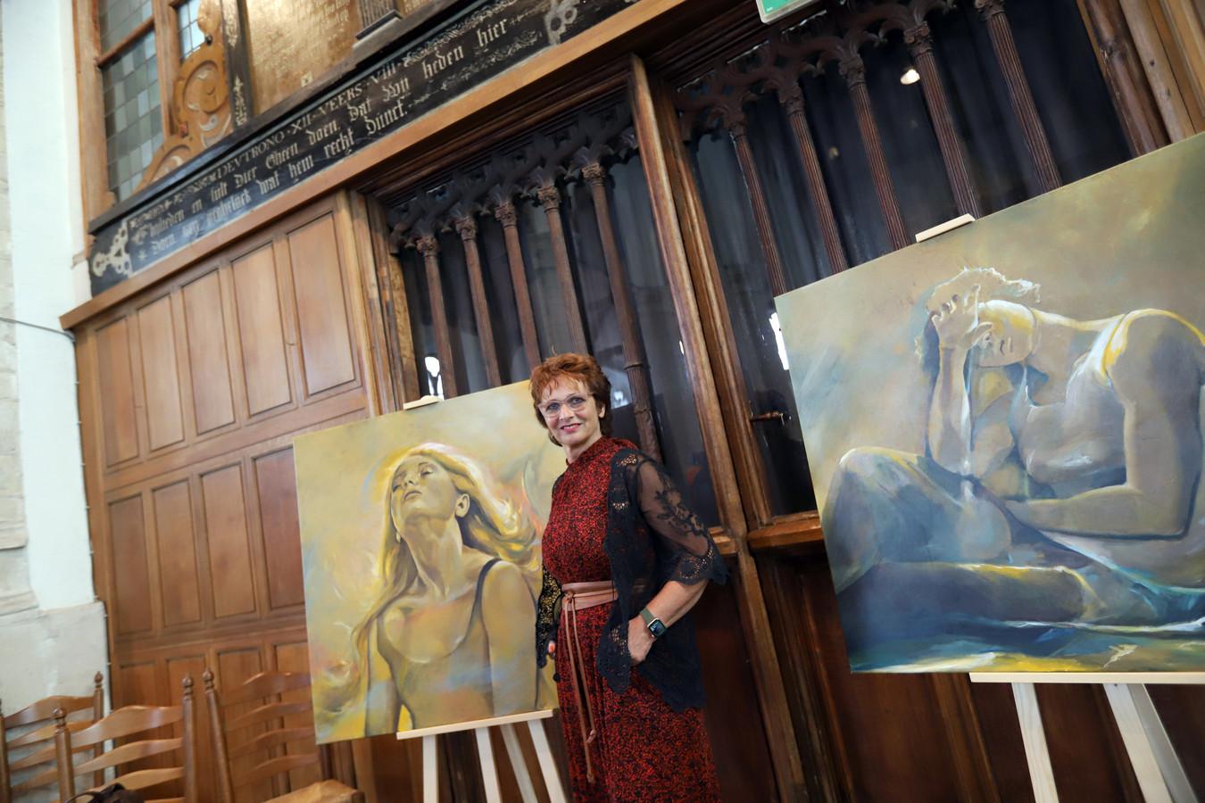 Elma van 't Hof uit Hellevoetsluis is een van de zeven kunstenaars die deze week in de kerk in Geervliet exposeert.