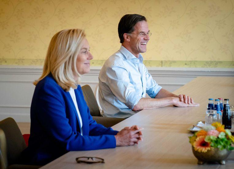 Sigrid Kaag en Mark Rutte op bezoek bij formateur Mariëtte Hamer in juni. Beeld ANP