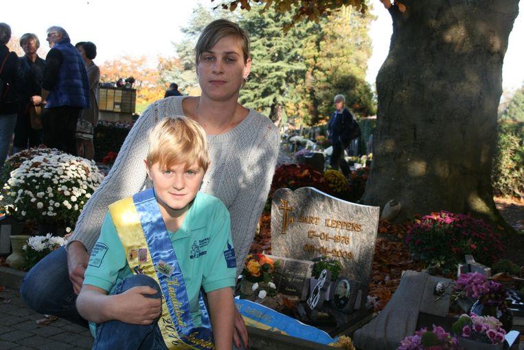 De 11-jarige Yentl en zijn mama Nathalie bij het graf van papa Bart.