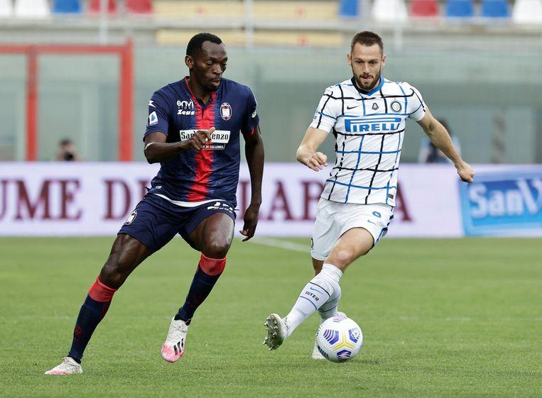 Stefan de Vrij, rechts, tijdens het kampioensduel van Inter, afgelopen zondag tegen Crotone. Beeld REUTERS