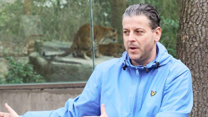 Vitessefans Bjorn Courbois in de Les van Vites, met op de achtergrond hitsige panters tijdens de paringstijd in Burgers' Zoo.