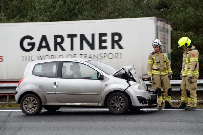 Een van de twee auto's die betrokken waren bij het ongeluk op de A50.