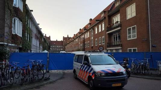 De politie heeft een groot gedeelte van de Herculesstraat in Amsterdam-Zuid afgezet.