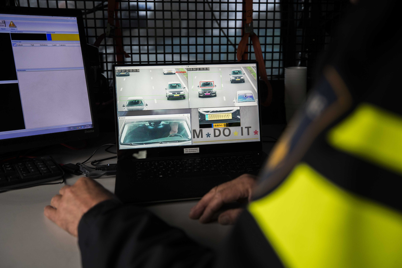 Archiefbeeld: De Nationale Politie houdt een proef met een flitscamera die door de voorruit van een passerende auto kan registreren of een bestuurder zijn mobieltje in de hand heeft.