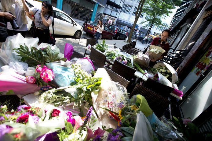 Rotterdammers komen bloemen brengen bij restaurant Asian Glories.