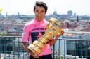Egan Bernal in de roze trui met de Trofeo Senza Fine als eindwinnaar van de Giro d'Italia.