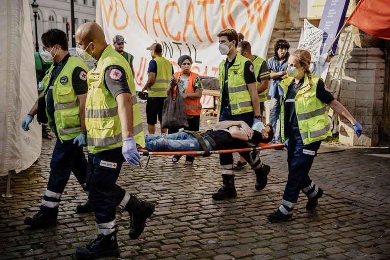 Triage van de zwaarste gevallen door het Rode Kruis, waarna ze naar het ziekenhuis werden gebracht.   Beeld Eric de Mildt