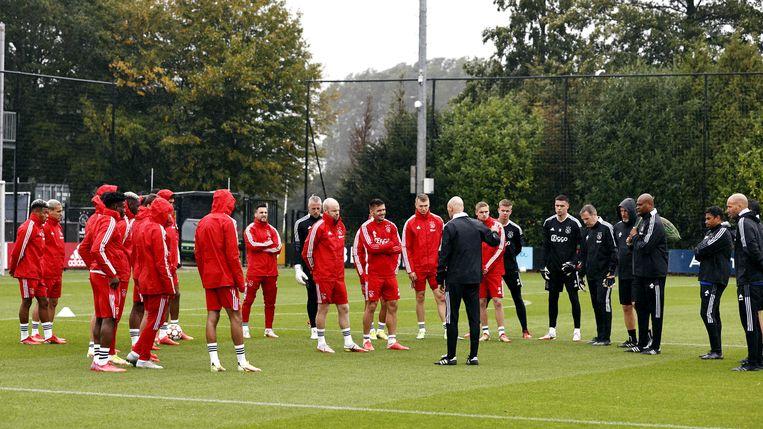 De Ajax selectie luistert naar Ajax coach Erik ten Hag tijdens een trainingssessie voorafgaand aan de Champions League wedstrijd tegen Besiktas. Beeld ANP