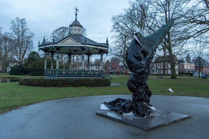 Het beeld in het Oranjepark was zondagmorgen nog altijd ingepakt.
