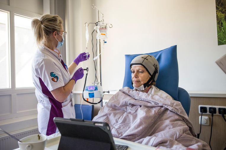 Een patiënt in het Albert Schweitzer ziekenhuis in Dordrecht krijgt chemotherapie. Door de stop van bevolkingsonderzoeken naar kanker tijdens de coronacrisis, zijn diagnoses later gesteld.  Beeld Arie Kievit