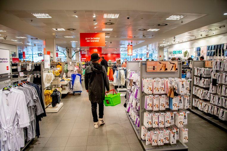 Klanten kunnen ook tijdens de coronacrisis in de Hema-warenhuizen terecht. Beeld SOPA Images/LightRocket via Gett