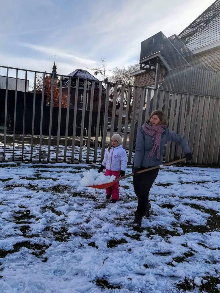 De Poperingse jeugddienst riep kinderen op om sneeuwpoppen te maken en een sneeuwbalgevecht te houden.