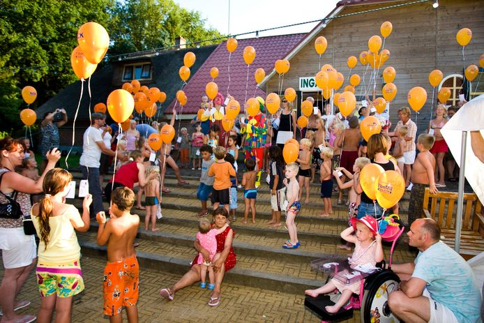 Ballonnen oplaten, zoals hier op de foto in 2008 bij de Agnietenberg, wordt in Zwolle sinds de zomer van 2014 ontmoedigd. Terwijl steeds meer gemeenten het oplaten van ballonnen verbieden, wil Zwolle blijven vasthouden aan het ontmoedigingsbeleid.