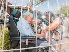 Feestelijk en treurig tegelijk: familie knuffelt 103-jarige Krijn met plastic ertussen in Colijnsplaat