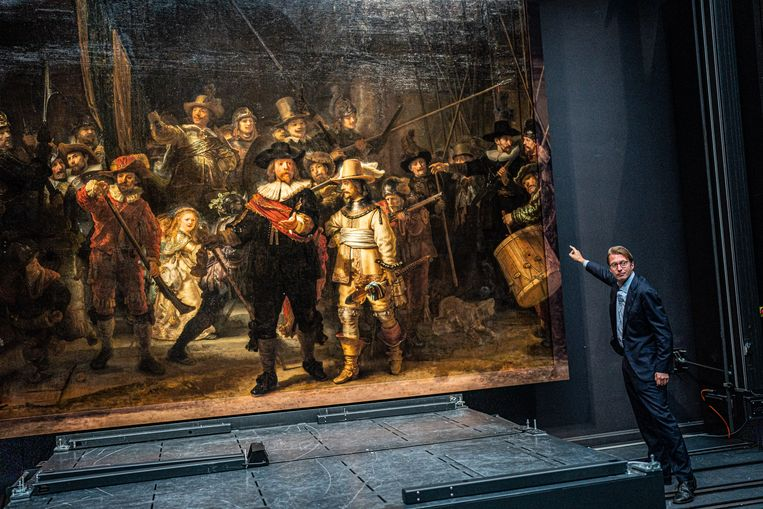 Taco Dibbits, de directeur van het Rijksmuseum, laat de nieuwe stukken van de Nachtwacht zien. Beeld Joris van Gennip