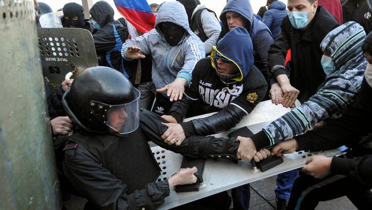 Pro-Russische actievoerders bestormen in de stad Donetsk in het oosten van Oekraïne het gebouw van de regionale overheid. Beeld REUTERS