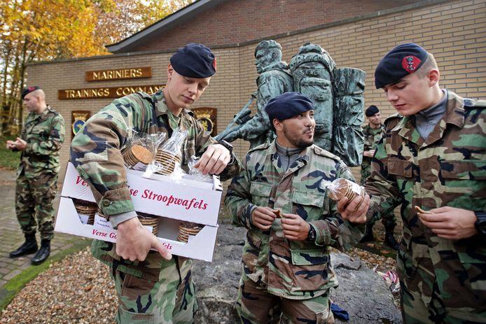 Het Korps Mariniers neemt het cadeau van 2400 stroopwafels in ontvangst van Stroopwafel-xxl. De actie begon als een grapje op Twitter.