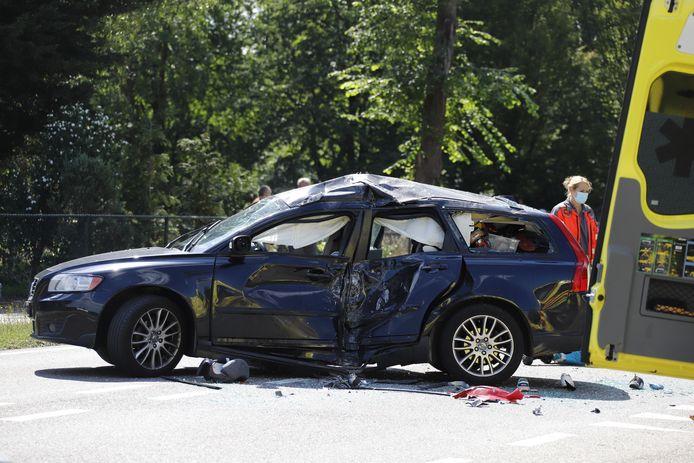 De auto is flink gehavend door de klap van een motor op de Hapseweg bij Sint Hubert.