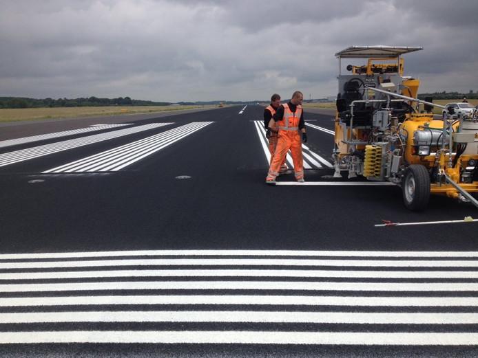 Werkzaamheden aan de startbaan in Eindhoven.