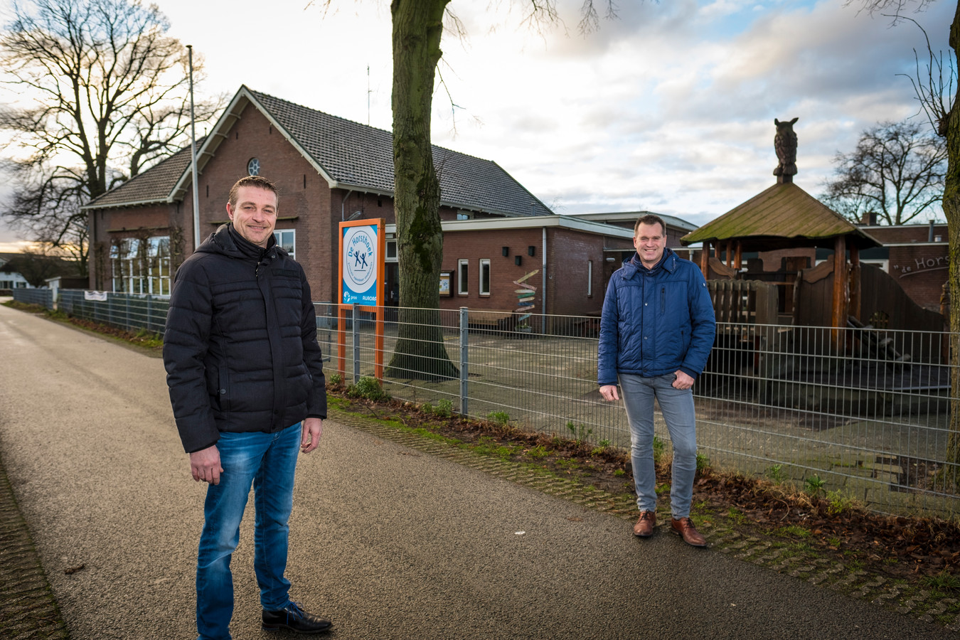 Grote opluchting bij Jos Groothedde (links) en Mark Spikker van de ouderinitiatiefgroep Horsthoekschool. De toekomst van het school is slechts één hamerklap verwijderd van haar voortbestaan.
