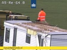 Dak van stacaravan waait over snelweg A9, incident zorgt voor flinke file